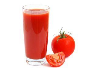 Польза томатного сока для осветления родинок